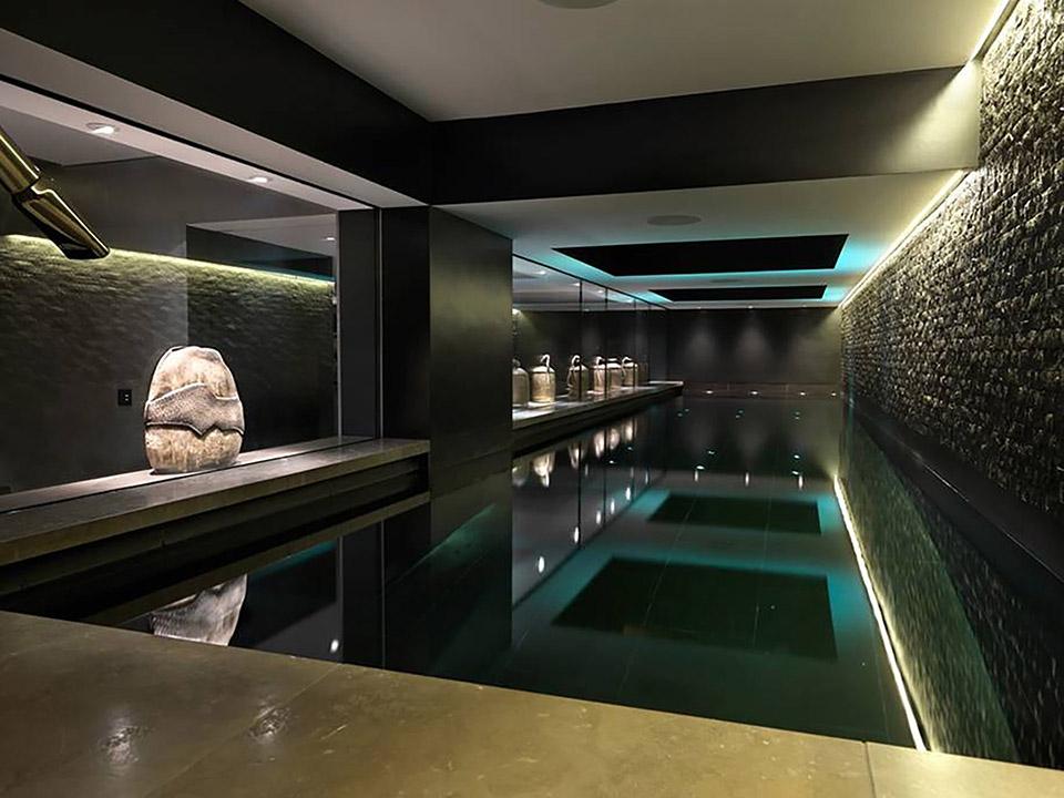 Бассейн в цокольном этаже дома