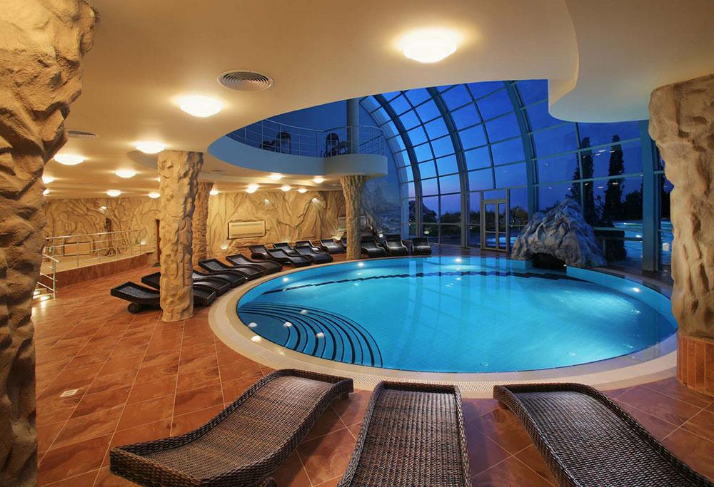 Дом с бассейном внутри